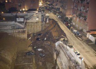 Roma, voragine alla Balduina: crolla una strada e le auto precipitano