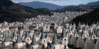 Perché in Turchia c'è un villaggio fiabesco abbandonato?