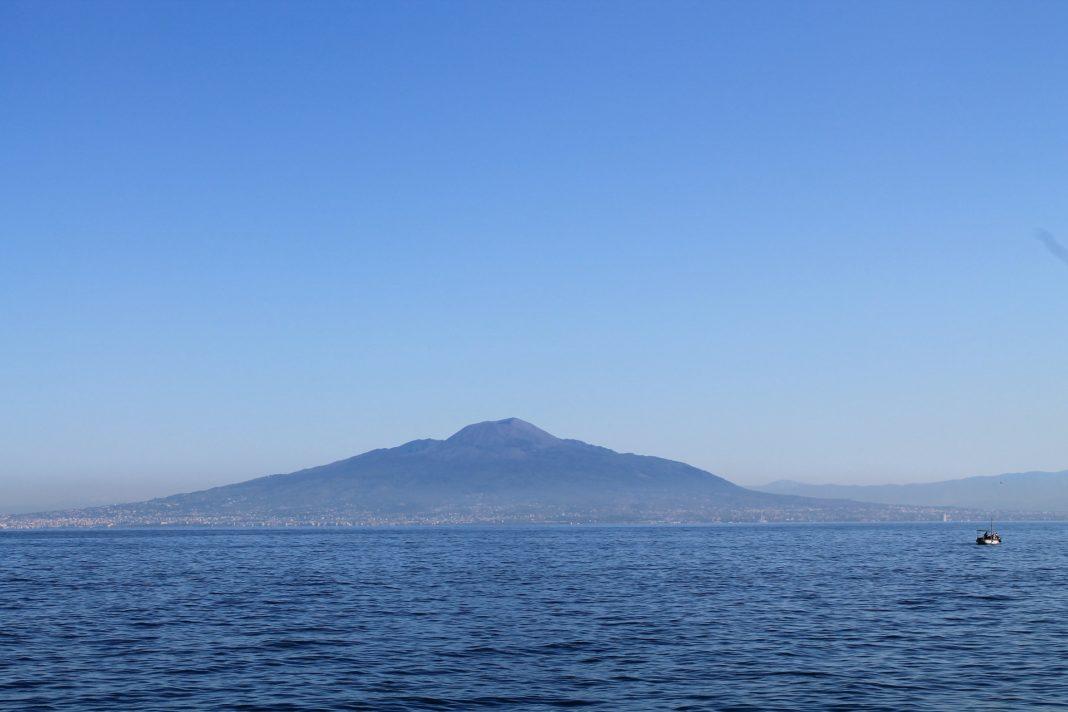 Abusivismo edilizio, i casi Etna e Vesuvio