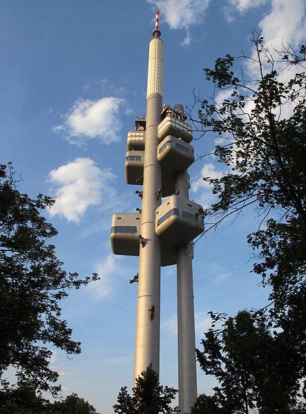 Zizkov Television Tower, con particolari delle sculture. PH: wikipedia.org