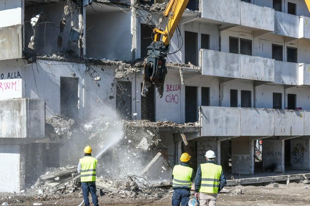 Vele di Scampia, iniziata la demolizione: foto e video