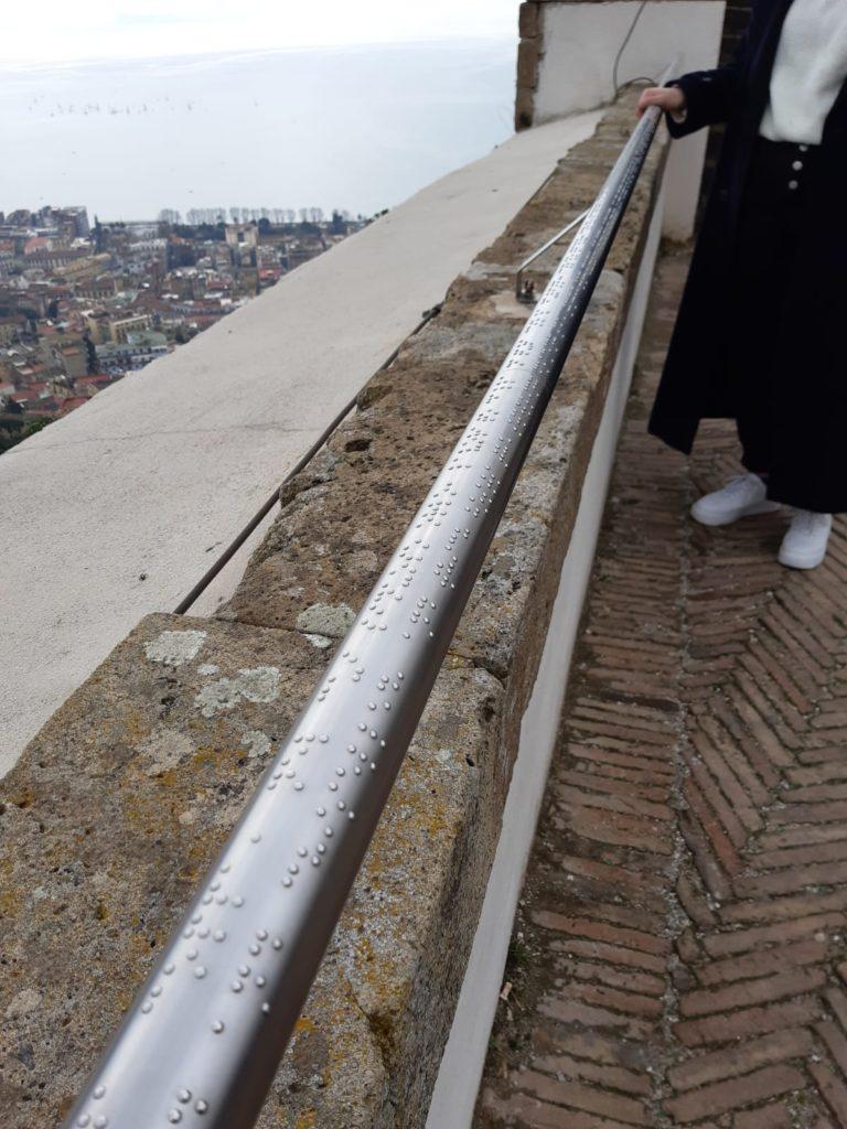 Parapetto per non vedenti racconta il panorama di Napoli