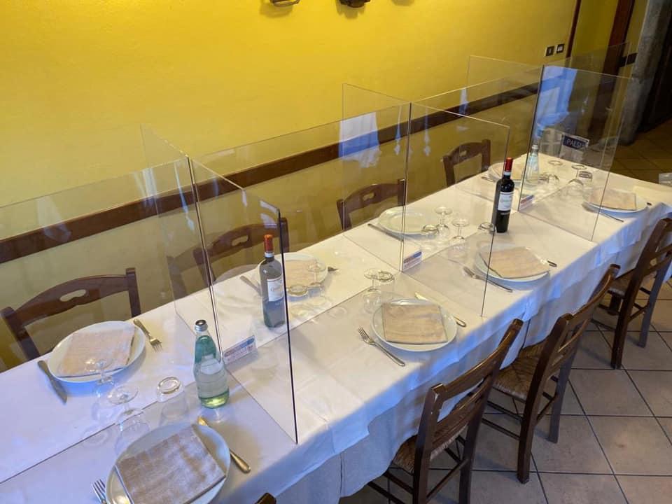 Pareti in plexiglass per riaprire ristoranti e spiagge