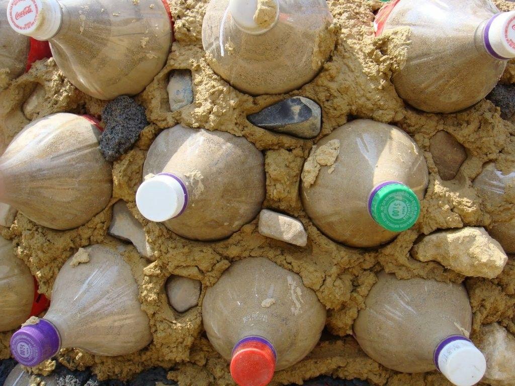 Bottiglie di plastica come mattoni, l'idea di otto ingegneri indiani