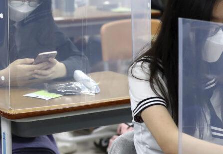 Rientro a scuola: a settembre divisori in plexiglas fra i banchi?