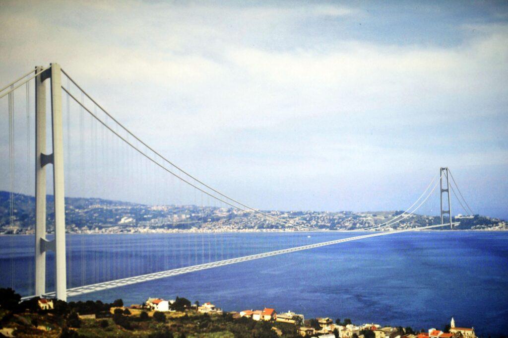 Conte apre al ponte sullo stretto di Messina