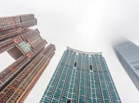 Perché i grattacieli di Hong Kong hanno dei buchi? Ph. inverse.com