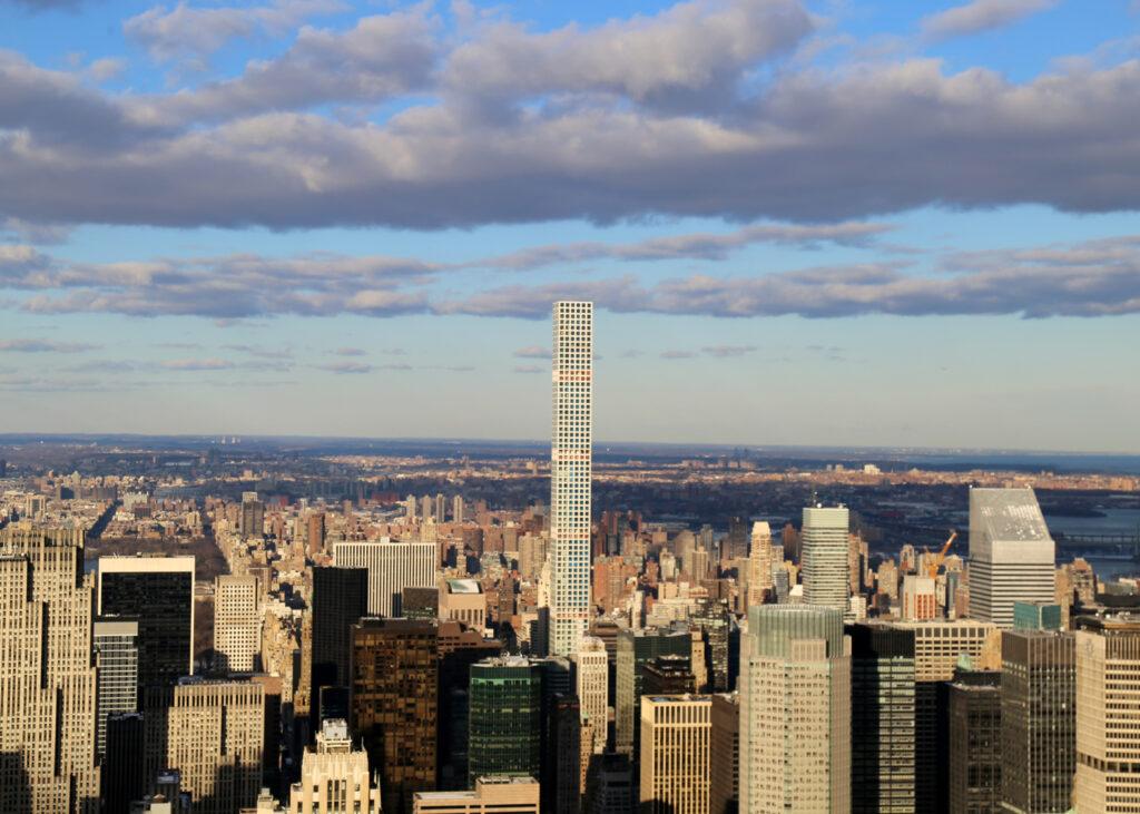 I problemi del 432 Park Avenue di New York, oscilla troppo e perde acqua