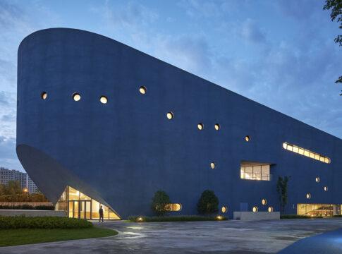 Bibliotheater, completata biblioteca teatro a forma di balena